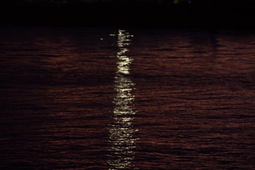 夜の海に反射した光 1の高画質画像