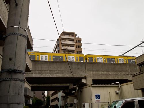 黄色い電車の高画質画像