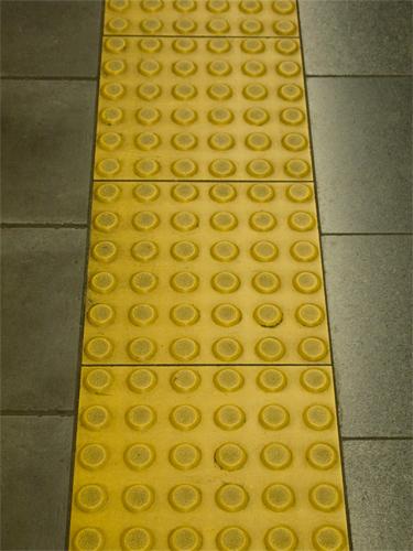 点字誘導ブロックの高画質画像