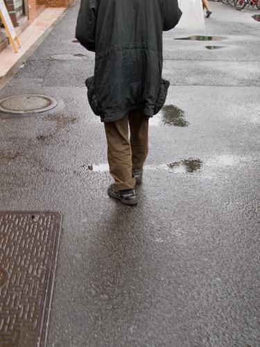 傘を差した男性 1の高画質画像