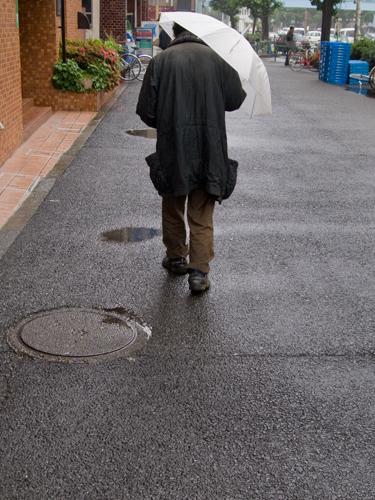 傘を差した男性 2の高画質画像