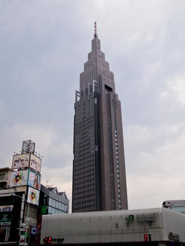 新宿東口から見えるビルの高画質画像