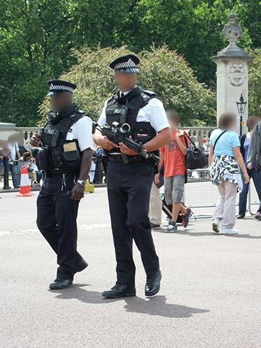 銃を持った警官の高画質画像