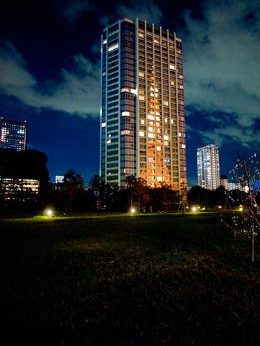 ビルに反射した東京タワー 1の高画質画像