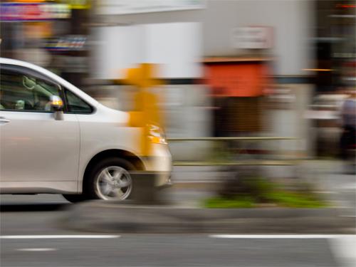 車の流し撮りの高画質画像