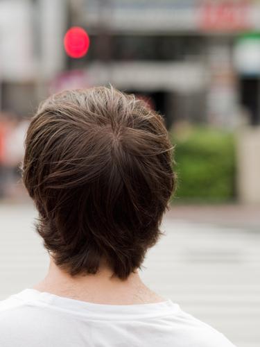 男性の後ろ姿の高画質画像
