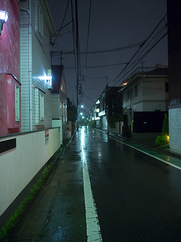 雨が降った夜道の高画質画像