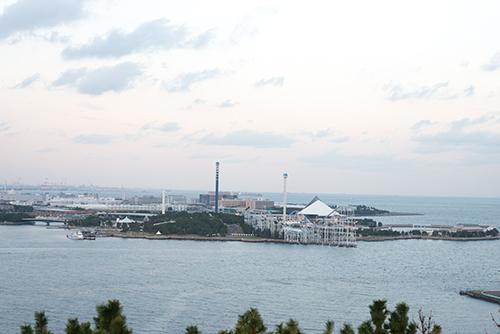 海越しのテーマパークの高画質画像