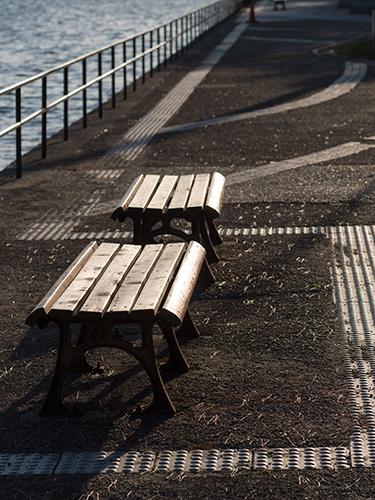 海沿いのベンチの高画質画像