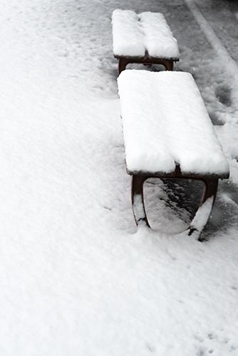 雪のベンチの高画質画像