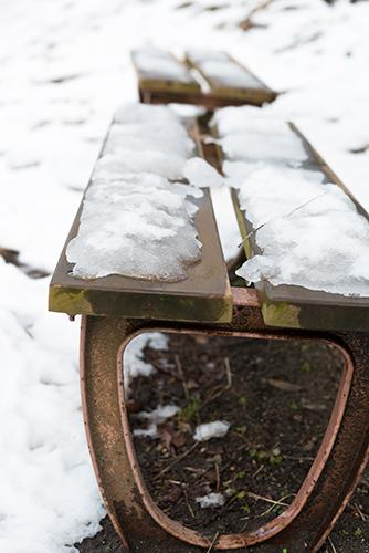 雪が積もったベンチの高画質画像