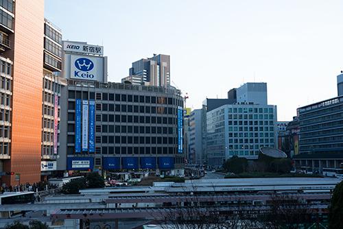 新宿駅西口の街並みの高画質画像