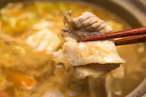 カレー味の煮込み鍋の高画質画像