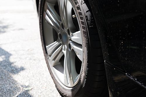 車のタイヤの高画質画像